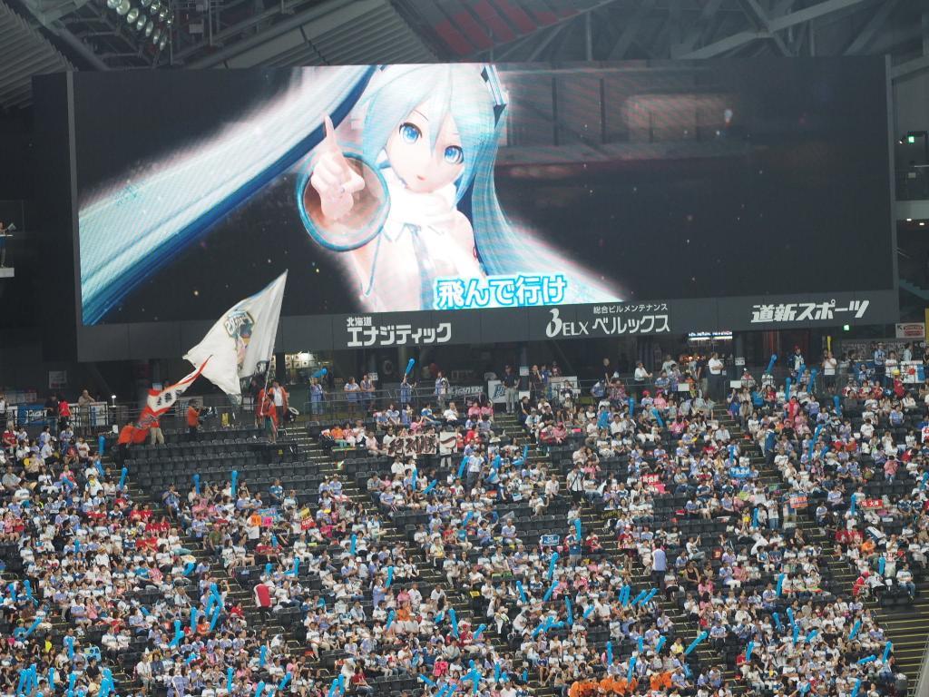 More Snow Miku on the big screen. Photo via @umaslim.